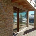 Ampia vetrata con triplo vetro e serramenti in PVC e legno
